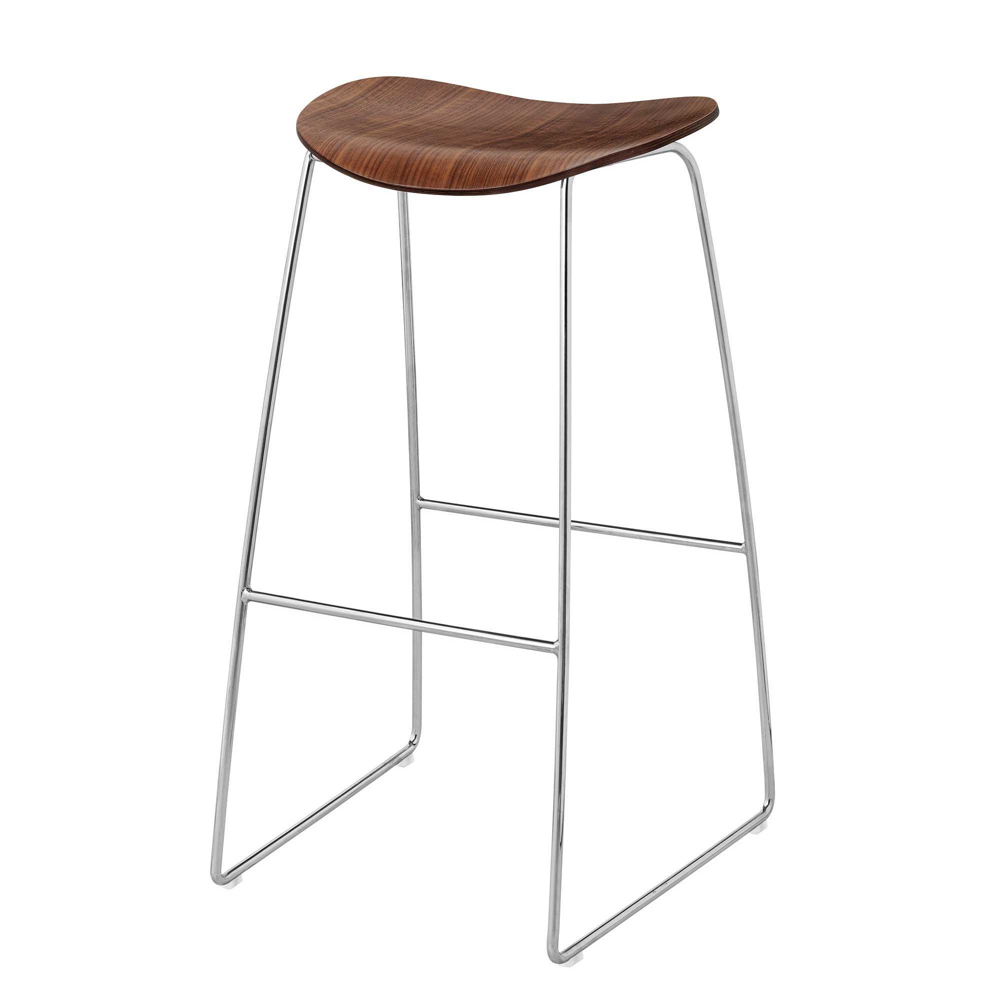 Gubi 2D Bar Stool Barhocker mit Kufengestell - Walnuss/Sitzfläche Amerikanische Walnuss/BxHxT 44x78x45cm/Gestell Chrom/Kunststoffgleiter | Küche und Esszimmer > Bar-Möbel | Gubi