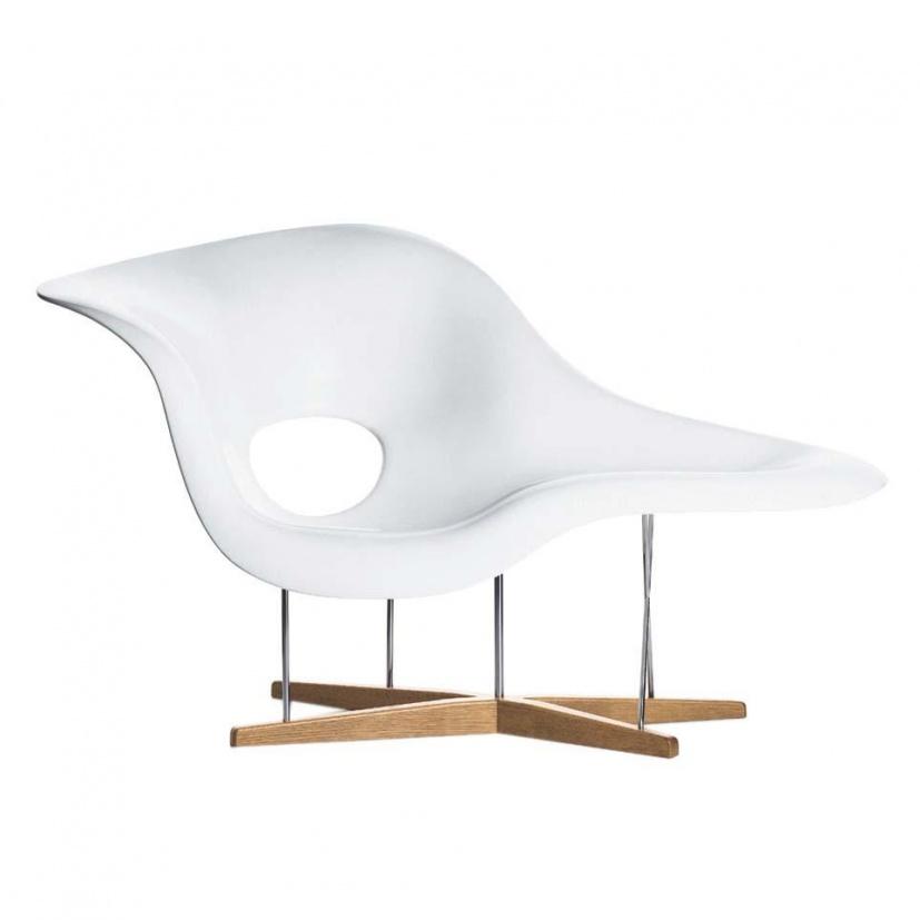 Vitra - La Chaise Eames Chaiselongue - weiß/Gestell chrom/Fuß Eiche/150x87cm | Wohnzimmer > Sessel > Relaxliegen | Vitra